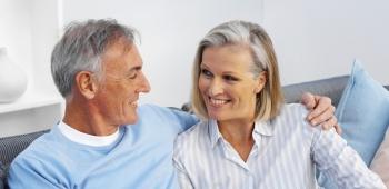 Mann und Frau sitzend auf einer Couch