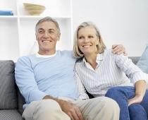 Ein Paar sitzt auf der Couch
