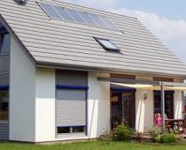 Ein Haus mit einem Solarmodul