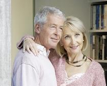 Ein Mann und eine Frau stehen vor einem Fenster