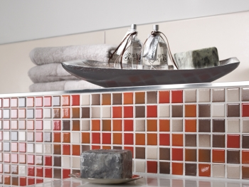 Kleine Mosaikfliesen mit Grundtönen Rot, Orange und Weiß von Jasba